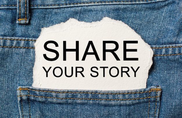 Podziel się swoją historią na rozdartym tle papieru na koncepcji dżinsów i finansów