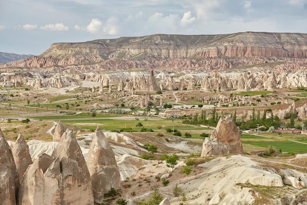 Podziemne miasto kapadocji w skałach, stare miasto z kamiennymi filarami. wspaniałe krajobrazy gór kapadocji goreme, turcja
