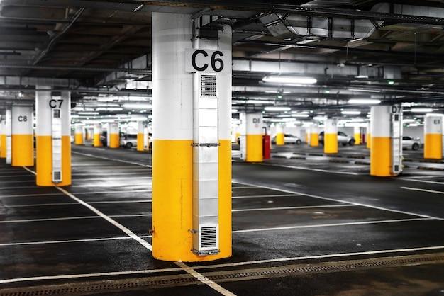 Podziemny parking dla centrum handlowego lub kondominium.