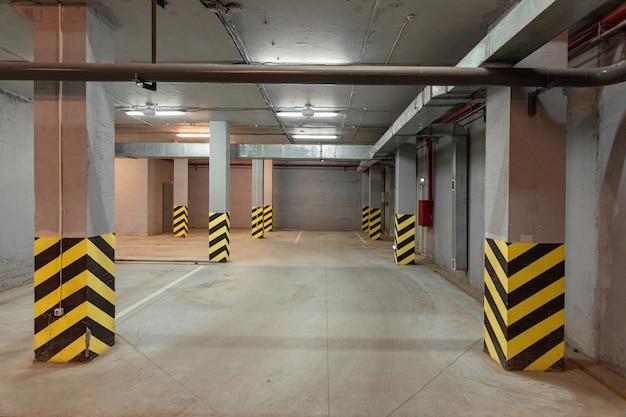 Podziemny pusty parking z czarno-żółtymi pasami dzielącymi