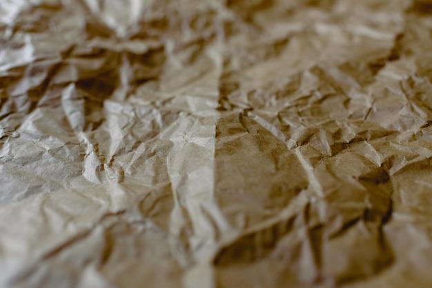 Pognieciony i rozszerzony papier o naturalnej fakturze czerwonawych tonów.