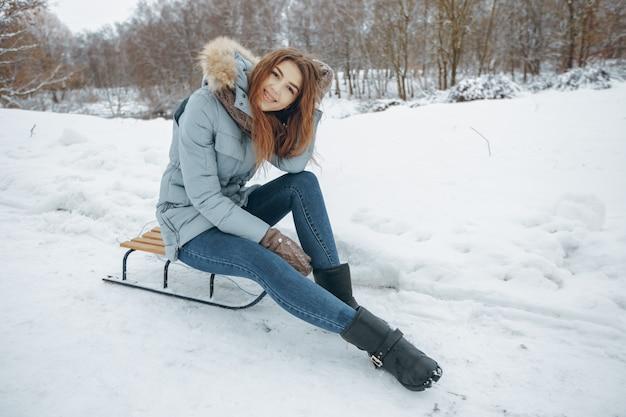 Pogoda dziewczynka jesień zimno na zewnątrz