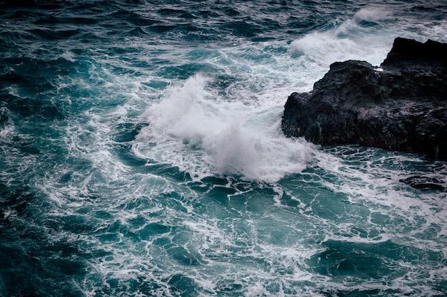Pogoda sztormowa z dużymi fala przy skalistą linią brzegową wyspa oahu, hawaje