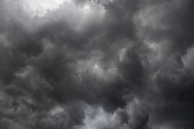 Pogoda w lecie z czarną chmurą i burzą, ciemne niebo i dramatyczne chmury burzowe