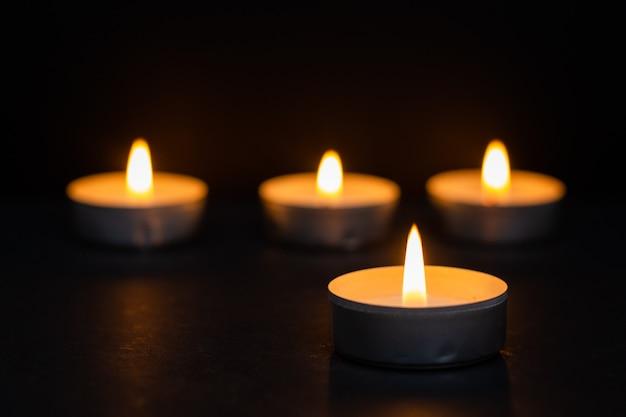 Pogrzeb reprezentowany przez ciepłe świece. religia
