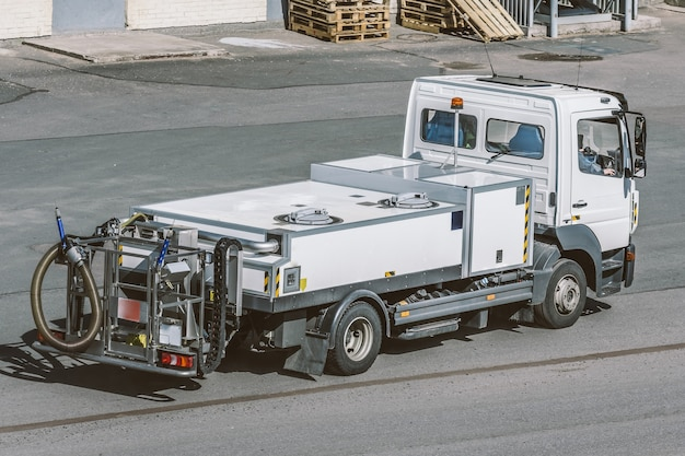 Pojazd specjalnego przeznaczenia do transportu wody pitnej na lotnisku oraz do tankowania samolotów.