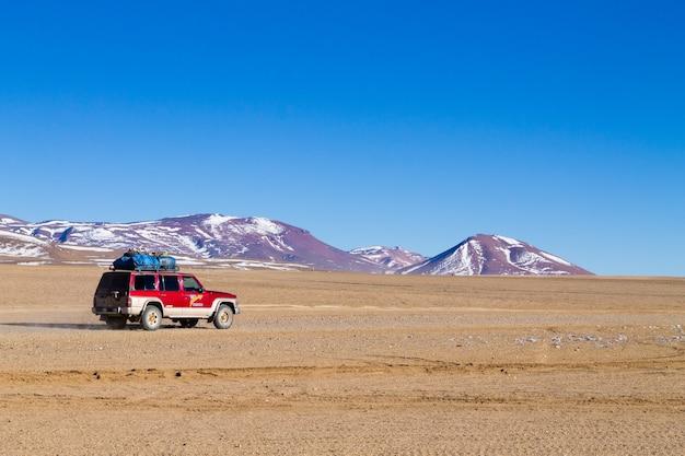 Pojazd terenowy na boliwijskim andyjskim płaskowyżu