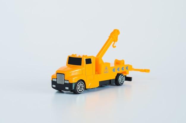 Pojazdy budowlane i ciężkie maszyny. pojazdy przemysłowe żółty ciężarówka z żurawiem.