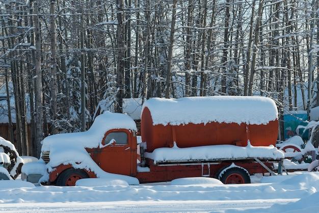 Pojazdy pokryte śniegiem, fort nelson, kolumbia brytyjska, kanada
