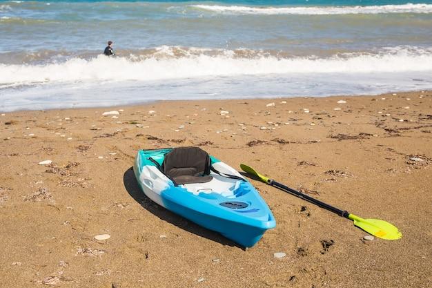 Pojęcie aktywności na plaży, sportów wodnych i kajakarstwa.