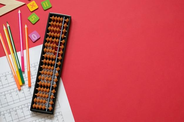 Pojęcie arytmetyki i matematyki: kolorowe pióra i ołówki, liczby, wyniki liczydła, miejsca na kopię