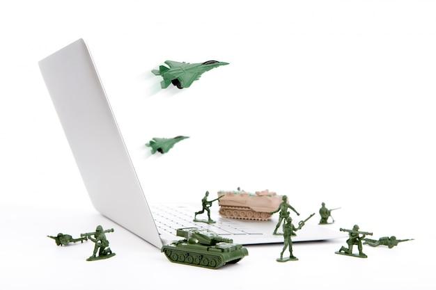 Pojęcie bezpieczeństwa komputera: żołnierze, czołg, samolot są ochrona