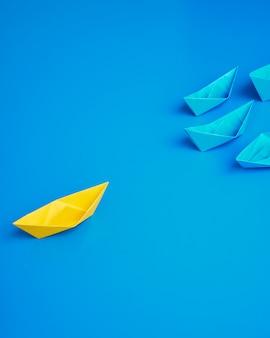 Pojęcie biznesu statku łodzi błękitny tło