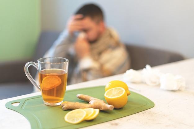 Pojęcie choroby, czas zimowy. czarna herbata, cytryna i imbir na stole. epidemia, zwolnienie lekarskie, temperatura, stres