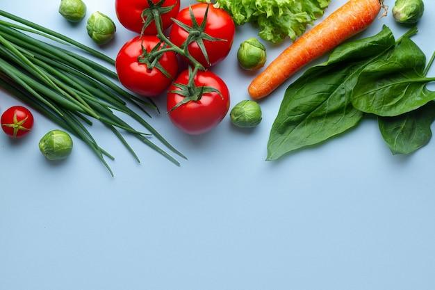 Pojęcie diety i odżywiania. dojrzałe świeże warzywa do gotowania zdrowych potraw. czysta, zrównoważona żywność z błonnikiem i zdrowy tryb życia