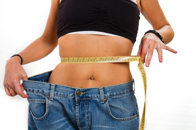 Pojęcie diety: kobieta z dużymi dżinsami po diecie