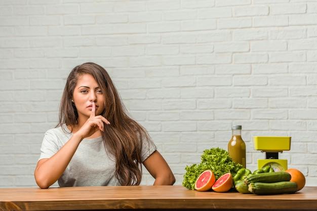 Pojęcie diety. portret zdrowej młodej kobiety łacińskiej utrzymującej tajemnicę lub proszącej o milczenie