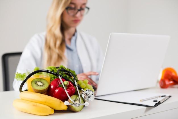 Pojęcie diety z kobiet naukowcem i zdrowej żywności