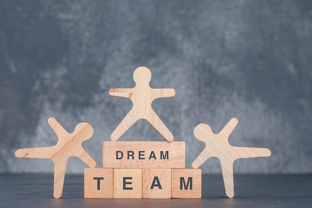 Pojęcie dobrego zespołu i biznesu. z drewnianymi klockami z drewnianymi postaciami ludzkimi.