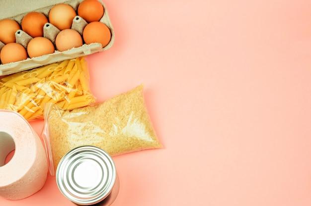Pojęcie dostawy żywności, darowizny, akcji charytatywnej. copyspace.