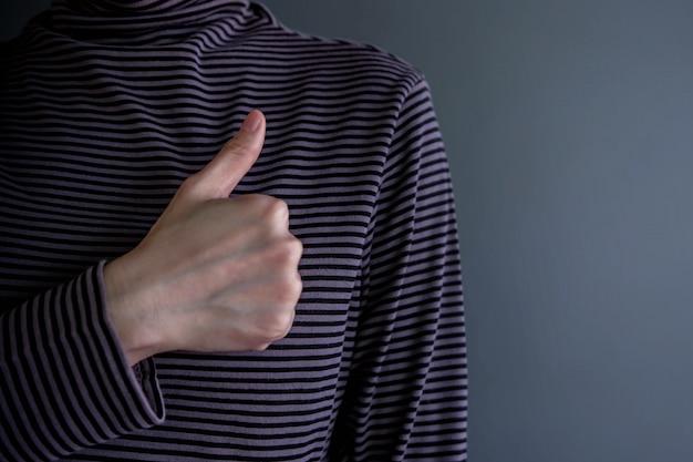 Pojęcie doświadczenia klienta. szczęśliwy klient z kciukiem do góry