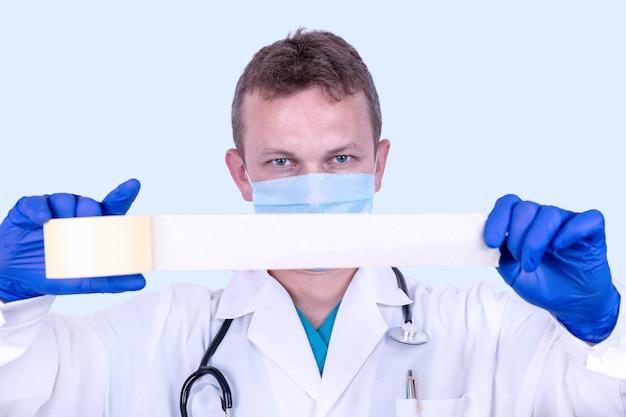 Pojęcie etyki lekarskiej. lekarz z taśmą klejącą taśmą klejącą.