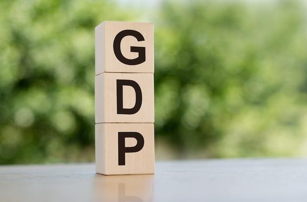 Pojęcie finansów, pkb lub produktu krajowego brutto drewniany blok na stole