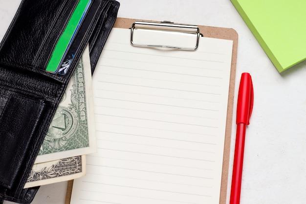 Pojęcie finansowania i kredytu. portfel z pieniędzmi na pustym formularzu.