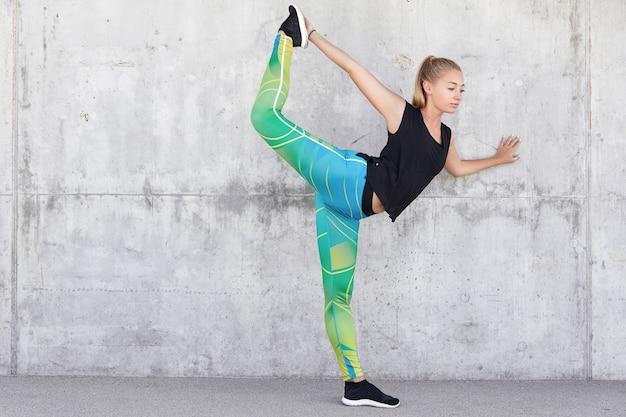 Pojęcie fitness i zdrowego stylu życia. elastyczna szczupła sportsmenka przygotowuje się do maratonu