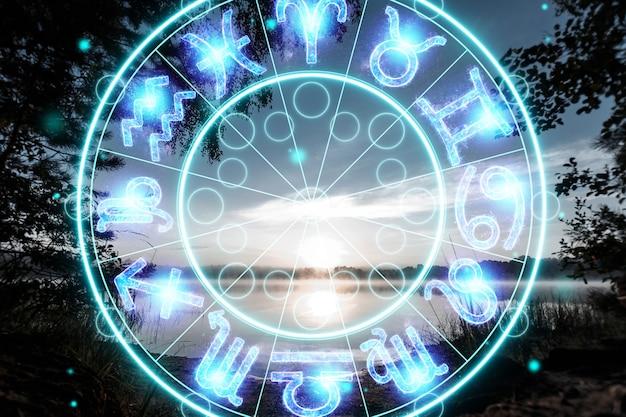 Pojęcie horoskopu, koło ze znakami zodiaku na tle świtu, astrologia. konsultacje z gwiazdami.