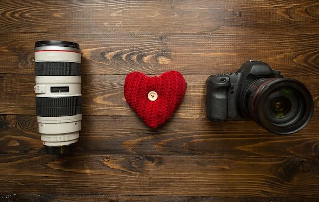 Pojęcie kochającej fotografii. uwielbiam frazę fotograficzną wykonaną z obiektywu, aparatu cyfrowego i czerwonego serca.