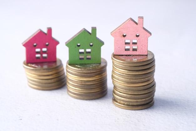 Pojęcie koncepcji finansów ze stosu monet i domu na stole