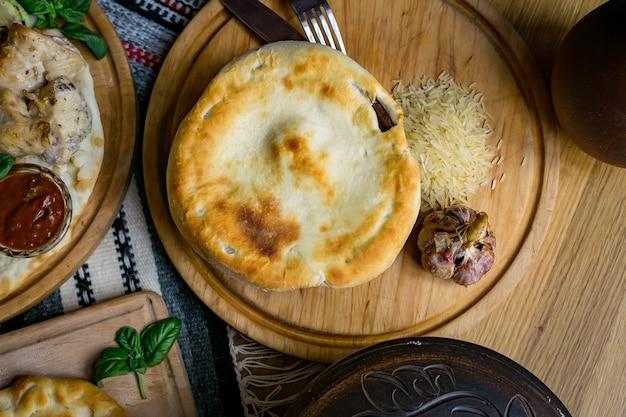 Pojęcie kuchni orientalnej. domowy gruziński uzbecki pilaw lub plov z jagnięciny podawany w żeliwnych naczyniach.