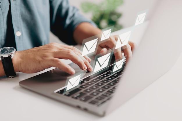 Pojęcie marketingu e-mailowego polega na tym, że korporacja wysyła wiele e-maili lub biuletynów cyfrowych