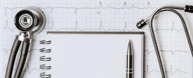 Pojęcie medyczne mieszkanie leżało ze stetoskopem, kardiogramem i receptą lekarską na pulpicie lekarza