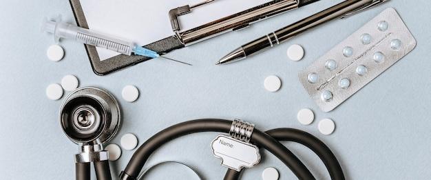 Pojęcie medyczne mieszkanie leżało ze stetoskopem, pigułkami, notatnikiem, długopisem na pulpicie lekarza