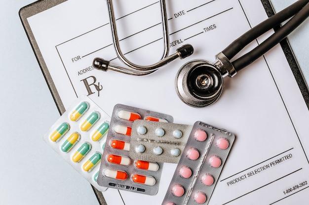 Pojęcie medyczne mieszkanie leżało ze stetoskopem, pigułkami, notatnikiem na pulpicie lekarza