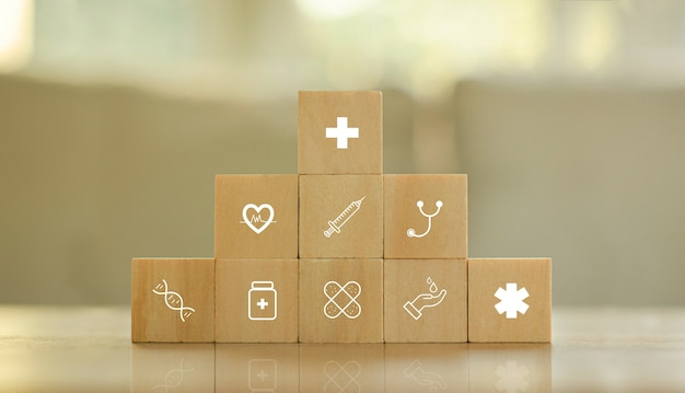 Pojęcie medyczne ubezpieczenie zdrowotne na drewnianym bloku z opieką zdrowotną