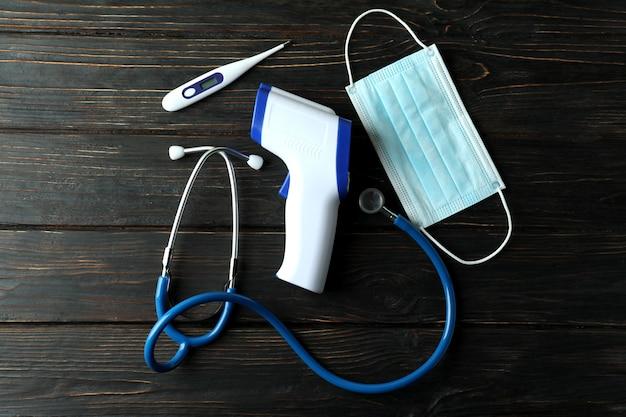 Pojęcie medyczne z pistoletu termometr na drewniane