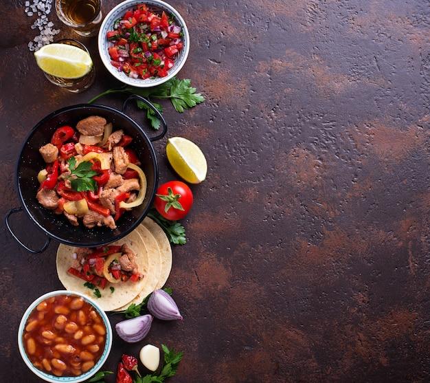 Pojęcie meksykańskiego jedzenia. salsa, tortilla, fasola, fajitas i tequila