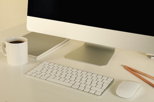 Pojęcie miejsca pracy z nowoczesnym komputerem stacjonarnym