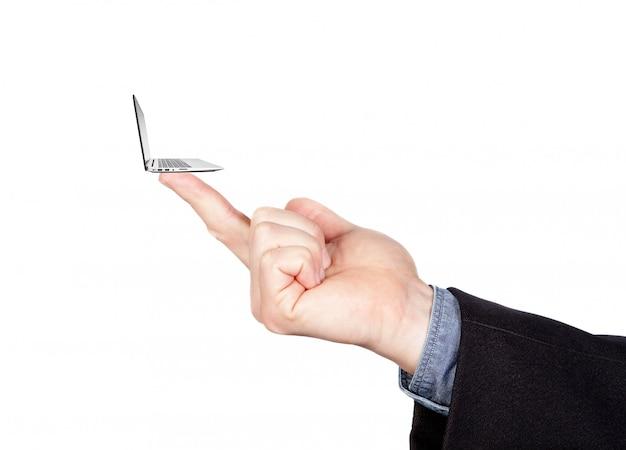 Pojęcie minimalizmu w komputeryzacji. miniaturowy laptop na palcu.