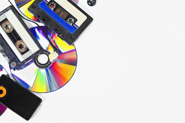 Pojęcie muzyki ewolucyjnej. kaseta, dysk cd, odtwarzacz mp3. vintage i nowoczesność. wsparcie muzyczne.