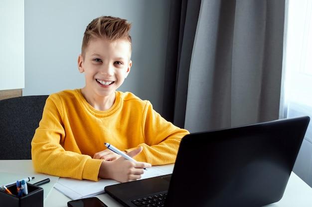 Pojęcie nauki online, nauki na odległość w domu, technologii, szkoły.