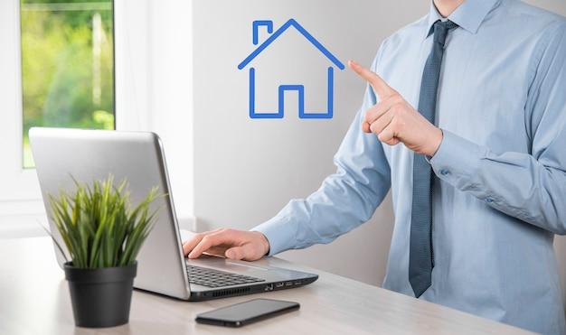 Pojęcie nieruchomości, biznesmen posiadający ikonę domu. dom na hand.property koncepcja ubezpieczenia i bezpieczeństwa. ochronny gest człowieka i symbol domu.