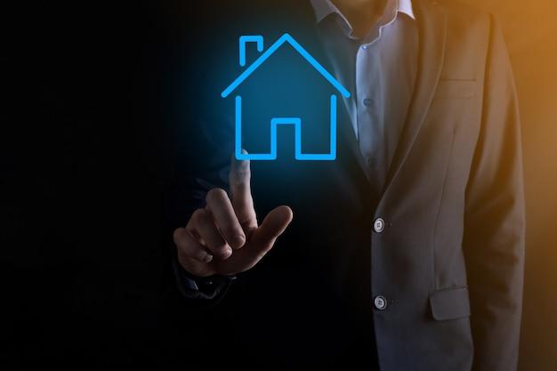 Pojęcie nieruchomości, biznesmen posiadający ikonę domu
