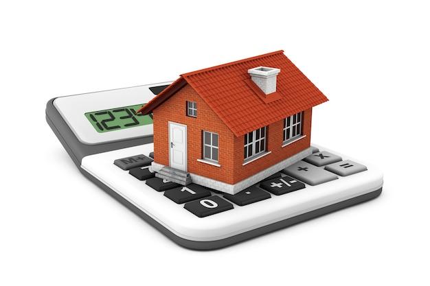 Pojęcie nieruchomości. dom z kalkulatorem na białym tle