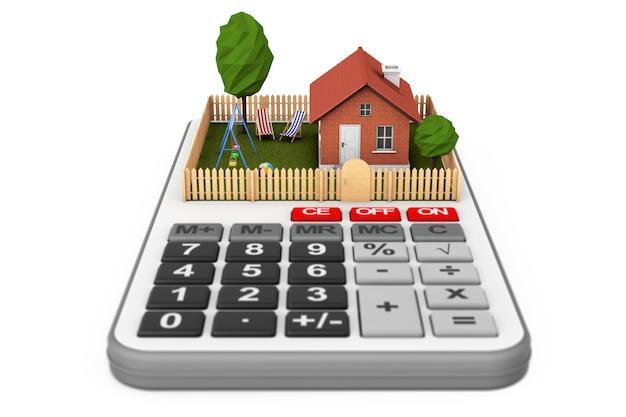 Pojęcie nieruchomości. mały dom z ogrodzeniem i ogrodem nad kalkulatorem na białym tle.