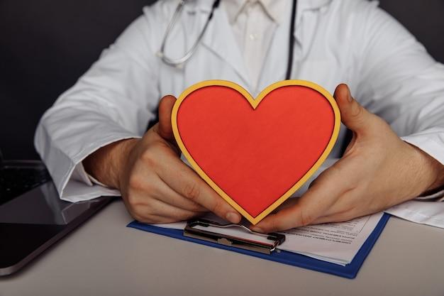 Pojęcie opieki zdrowotnej i medycznej. mężczyzna lekarz z sercem.