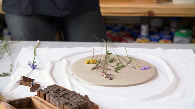 Pojęcie osoby kreatywnej. ceramiczny przedmiot obrabiany z oryginałem